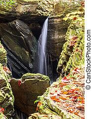 Una pequeña cascada en una estrecha garganta rocosa en las montañas de Carolina del Norte en otoño