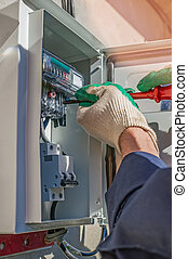 Una persona trabajando en la instalación de equipos de medidor eléctrico