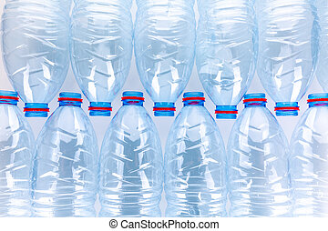 Una pila de botellas de plástico