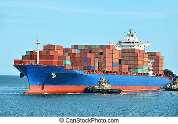 Una pila de contenedores en el barco de carga