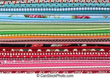 Una pila de tela textil de colores