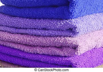 Una pila de toallas azules y púrpuras