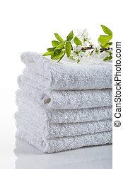 Una pila de toallas blancas