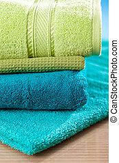 Una pila de toallas coloridas