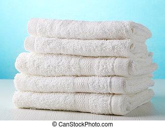 Una pila de toallas de spa blancas