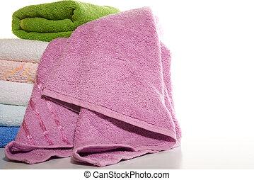 Una pila de toallas en un fondo blanco