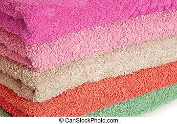 Una pila de toallas rosas y púrpuras
