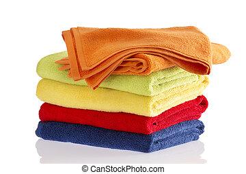 Una pila de toallas suaves en los colores del arco iris