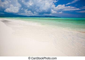Una playa tropical perfecta con agua turquesa y playas blancas de arena en Boracay, Filipinas