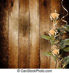 Una postal vieja para felicitarte con rosas rosas en un fondo de madera