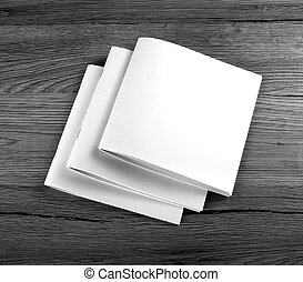 Una revista de Brochure en blanco sobre antecedentes de madera
