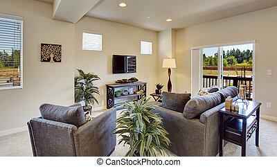 Una sala de estar brillante y hermosa con plataforma de salida.