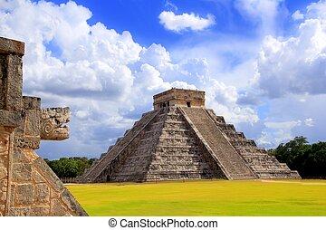 Una serpiente chichen itza y una pirámide maya kukulkan