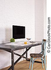 Una silla antigua en el escritorio