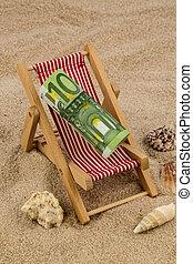 Una silla de cubierta con un billete de banco euro