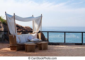 Una silla de cubierta junto al mar