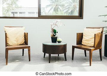 Una silla de madera vacía con almohada