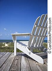 Una silla en la cubierta de la playa.