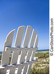 Una silla en la playa.