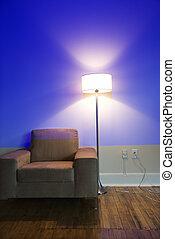 Una silla y una lámpara.
