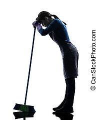 Una sirvienta cansada de limpiar siluetas