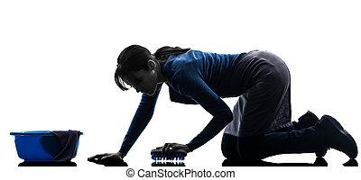 Una sirvienta lavando el suelo