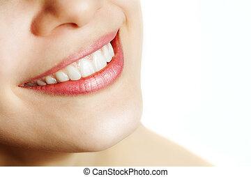 Una sonrisa fresca de mujer con dientes sanos