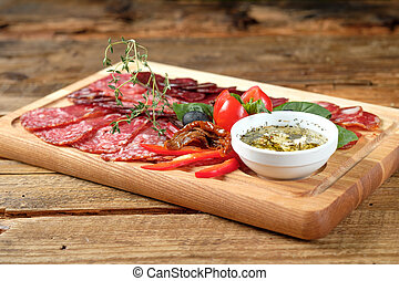Una tabla con carne ahumada