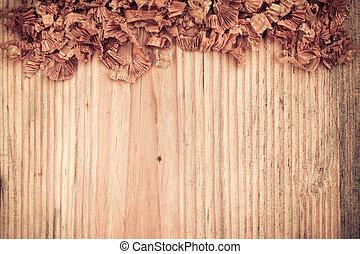 Una tabla de madera con virutas