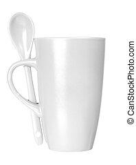 Una taza blanca con cuchara vacía para café o té aislado en fondo blanco