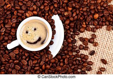 Una taza de café con cara sonriente