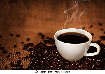 Una taza de café con frijoles asados