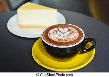 Una taza de café con leche con pastel