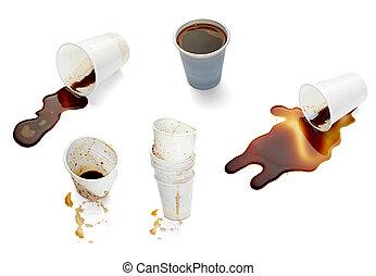 Una taza de café con leche derramada de bebidas derramadas