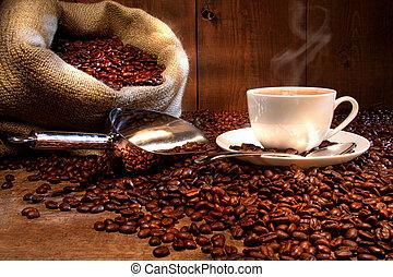 Una taza de café con saco de arpillera de frijoles asados