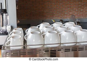 Una taza de café vacía en la máquina de café.
