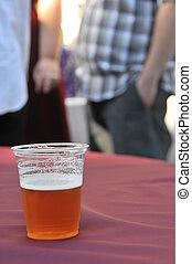 Una taza de cerveza en una fiesta