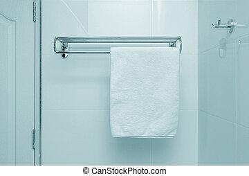 Una toalla blanca en una percha
