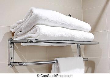 Una toalla blanca limpia en un perchero