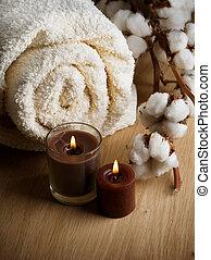 Una toalla de algodón y velas