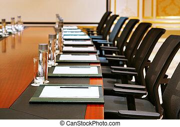 Una toma detallada de una sala de reuniones