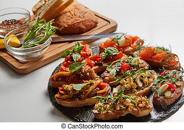 Una variedad de bruschetta con varios ingredientes para las vacaciones. La mejor vista. El concepto de comida para fiestas.