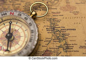 Una vieja brújula en el mapa clásico enfoque selectivo en Filipinas