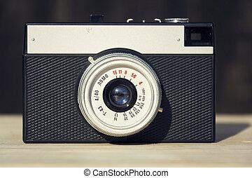 Una vieja cámara antigua con filtro de fondo de madera
