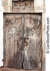 Una vieja puerta de madera dilapidada.