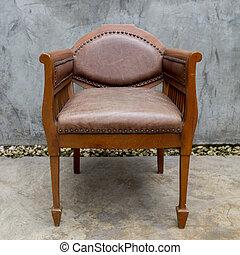Una vieja silla en la sala grunge