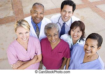 Una vista de alto ángulo del personal del hospital frente a un hospital