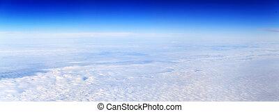 Una vista panorámica de nublado