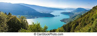 Una vista panorámica del lago Annecy