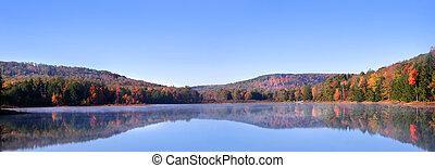 Una vista panorámica del paisaje de otoño
